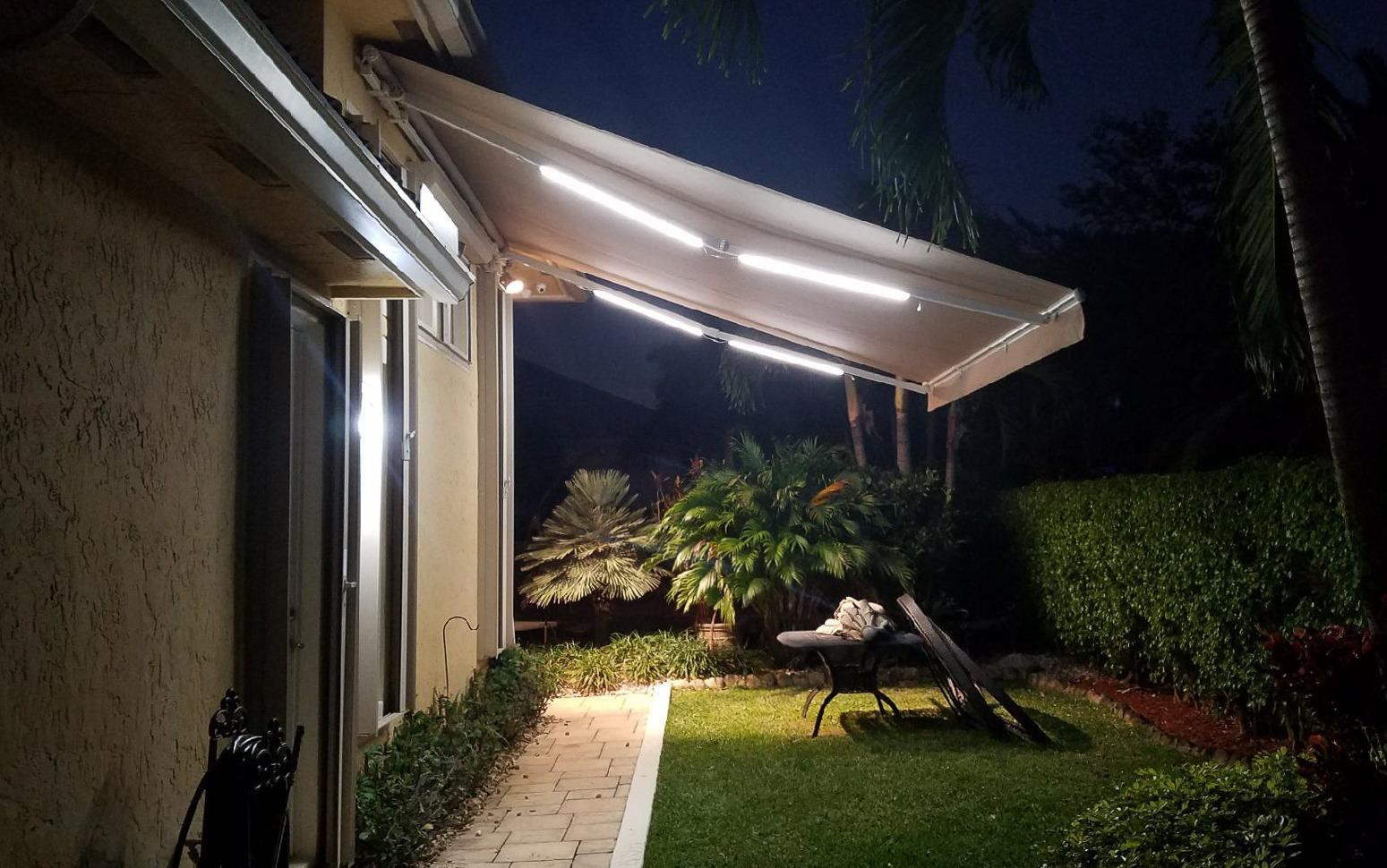 16' X 13' Wall Mount With LEDs